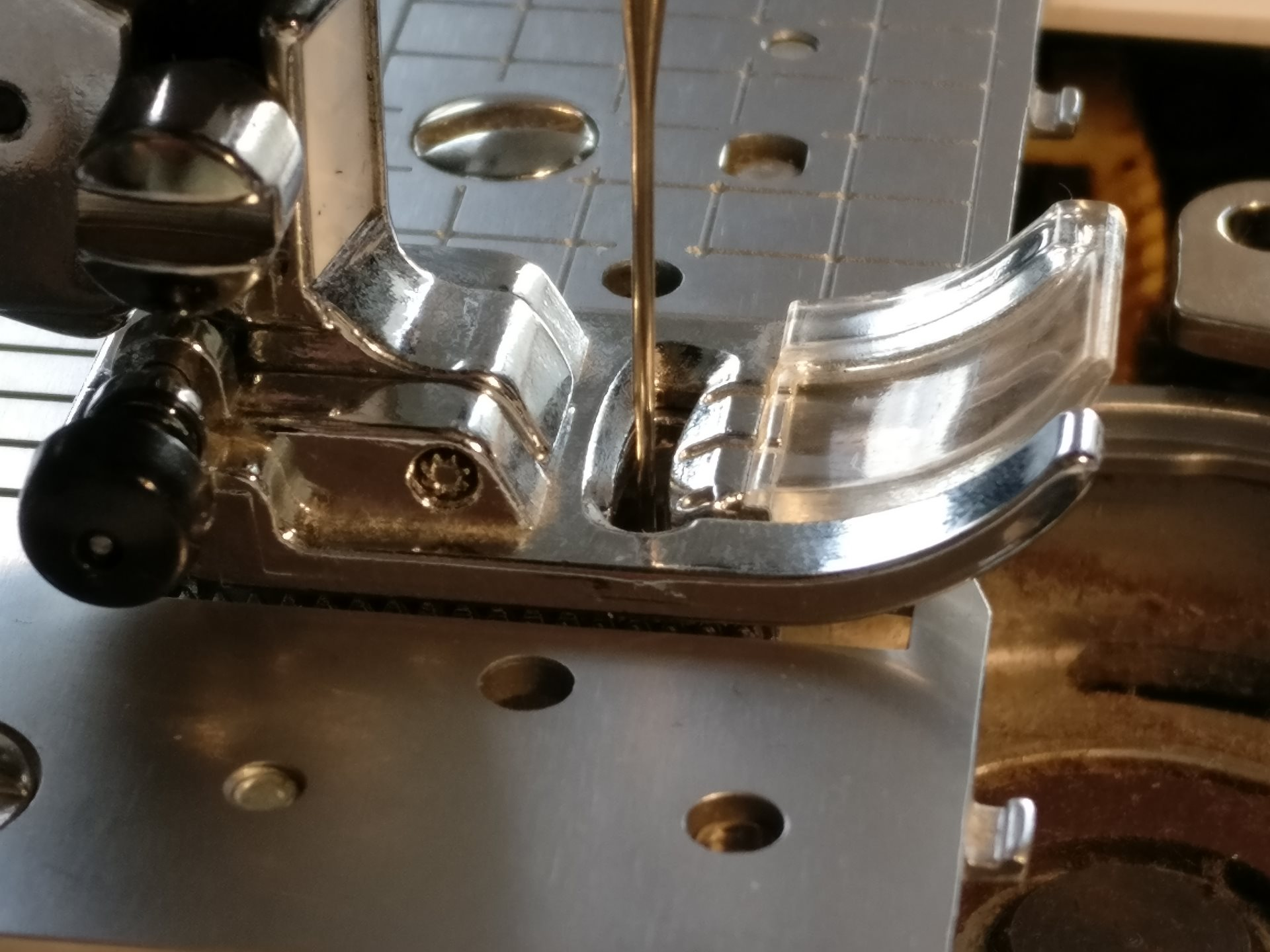 Perfectly Aligned Slots in Presser Foot and Needle Plate with a Nicely Centred Needle